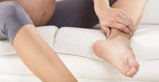 ¿Por qué se hinchan los pies durante el embarazo?
