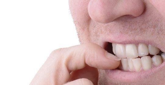 Morderse las uñas daña los dientes