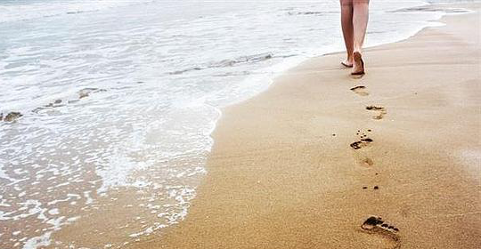Beneficios y riesgos de caminar por la orilla del mar