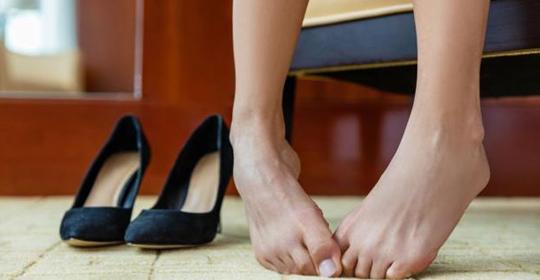 Cómo pueden dañar los pies los tacones